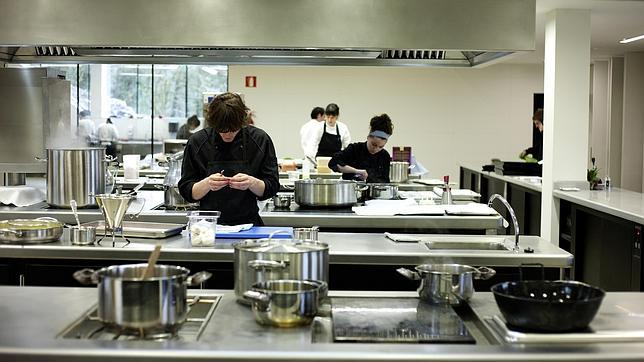 La cocina del restaurante azurmedi for Distribucion de una cocina para restaurante