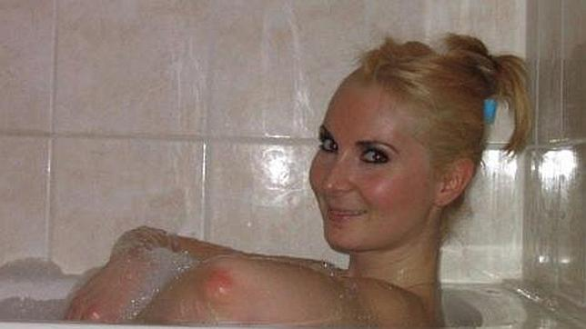 Facebook censura una foto de una mujer en una bañera por creerla obscena Codo-seno-theories-depp-things-facebook2--644x362
