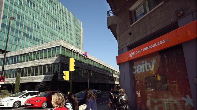 oficina de la cai junto a la sede central de ibercaja en