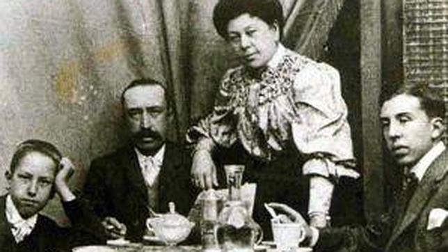 El niño Luis García-Galiano, primero izquierda, fotografiado en 1910 junto a sus padres, Vicente y Rosa, y su hermano Emilio (Colección familiar)