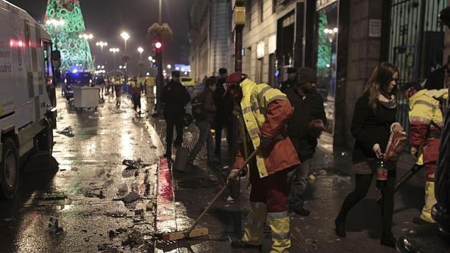 Puerta del Sol: 13.000 kilos de basura, un 42% menos, tras las Campanadas