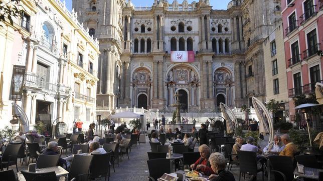 Fachada d la catedral de Málaga, con las terrazas en primer plano