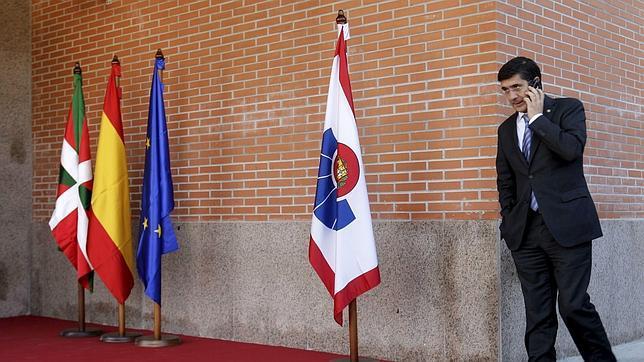 La Ertzaintza retira la bandera de España del interior de varias comisarías