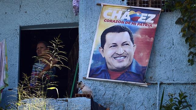 Chávez, con las funciones vitales asistidas y restricción de las visitas