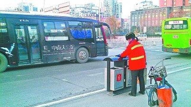 Una millonaria china trabaja de barrendera para dar ejemplo a sus hijos