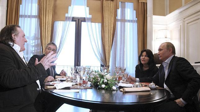 Vladímir Putin entrega a Gerard Depardieu se saludan en su encuentro en Sochi