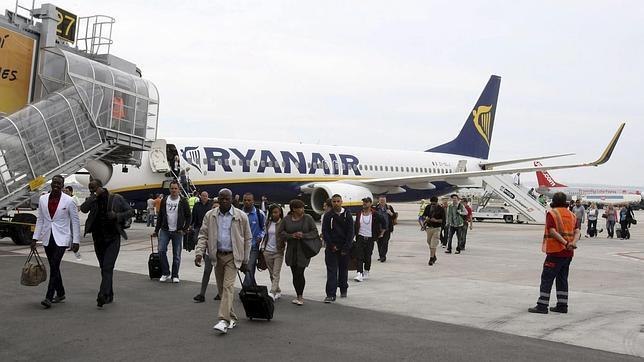Los pasajeros de un avión de Ryanair se bajan de la nave antes del despegue