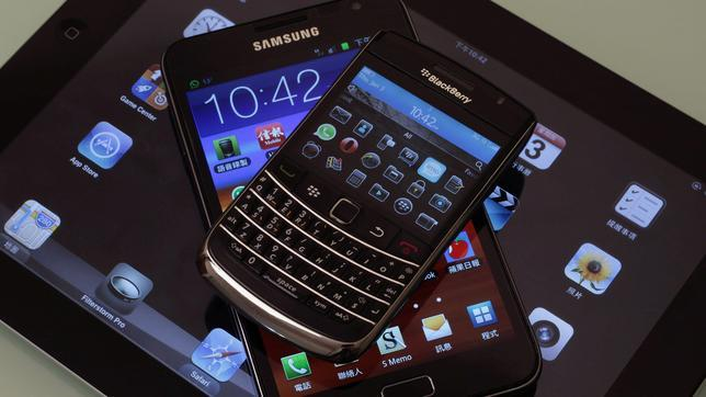 Blackberry Bold, una Samsung Galaxy Note y un Apple iPad 2