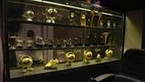 Messi exhibe el bal n de oro en la vitrina de su casa - La casa del compas de oro ...