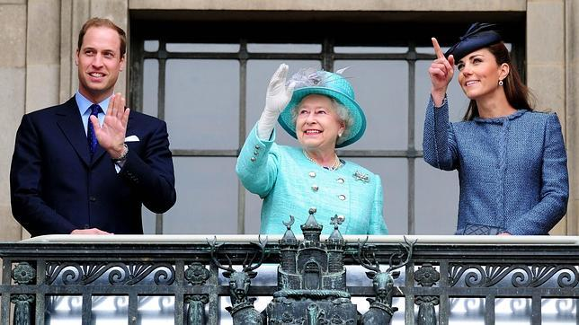 Isabel II «regala» el título de «princesa» a una posible hija de Catalina y Guillermo
