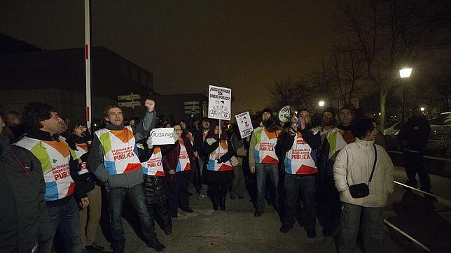 Cientos de trabajadores de Telemadrid «ocupan» su sede para llevar a cabo un encierro indefinido