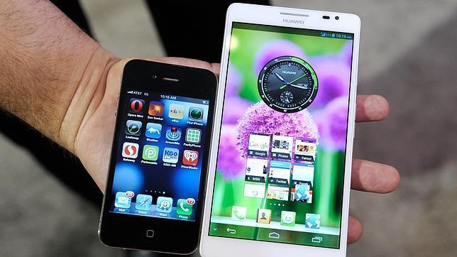 Un iPhone en comparación con el «phablet» de Huawei