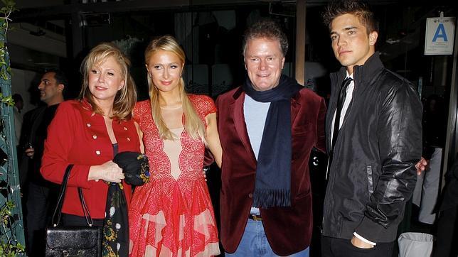 Viiperi nació en Ibiza y ahora vive en Los Ángeles. En la imagen, junto a Paris y sus padres, Richard y Kathy Hilton