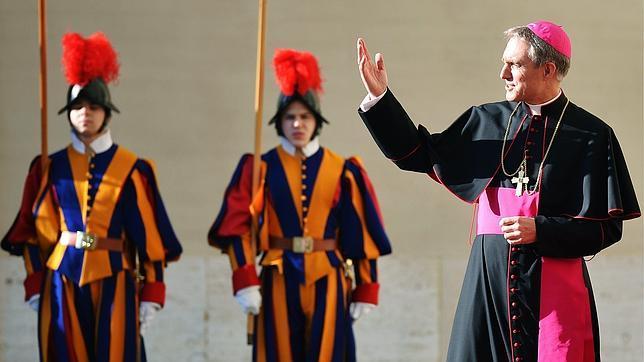 El secretario del Papa, en la portada de «Vanity Fair»