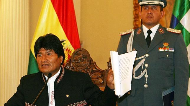 Las cámaras graban cómo un legislador ebrio viola a una mujer en Bolivia
