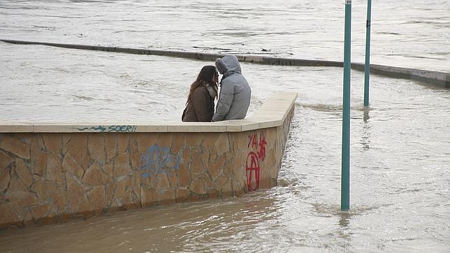 El Ebro se sale del cauce en Navarra e inunda el Casco Viejo de Tudela