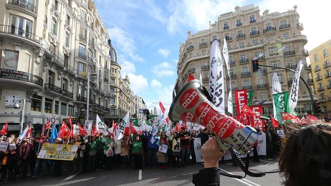 Los sindicatos reúnen a centenares de manifestantes contra las tasas judiciales