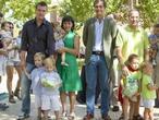 El alcalde de Boadilla, Antonio González Terol, junto a algunas familias del municipio