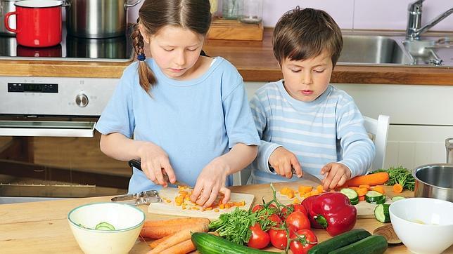 A partir de los seis años pueden ayudar a cocinar, con la vigilancia y supervisión de un adultos