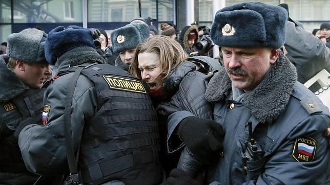 Una veintena de personas fueron detenidas frente a la Duma por los enfrentamientos entre representantes de las minorías sexuales rusas y los partidarios de la prohibición