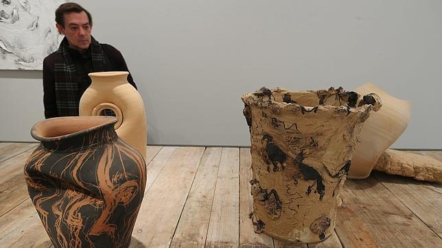Varias de sus cerámicas se exhiben sobre una mesa en la exposición