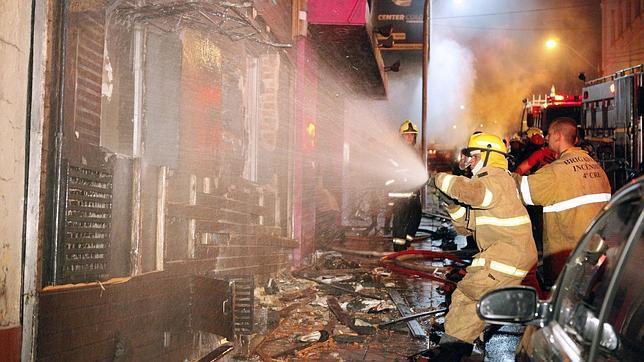 Bomberos luchan contra las llamas