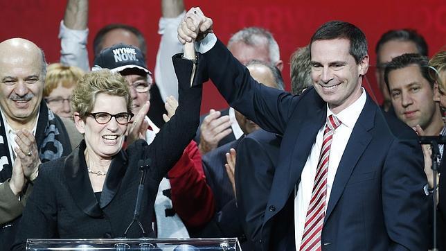 Kathleen Wynne es felicitada por su antecesor en el cargo, Dalton McGuinty