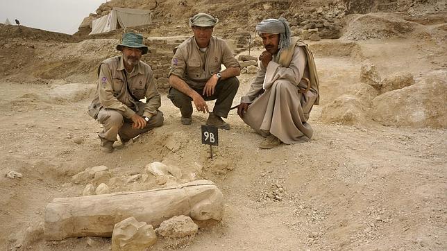 José Manuel Galán, en el centro, delante del sarcófago hallado