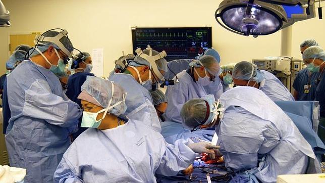 Un soldado que perdió las cuatro extremidades recibe un doble trasplante de brazos