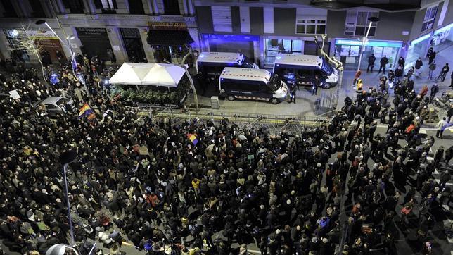 Marcha de acoso contra la sede del PP en Barcelona