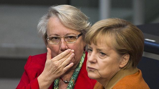 La Universidad de Dusseldorf retira el doctorado a la ministra alemana de Educación por plagio