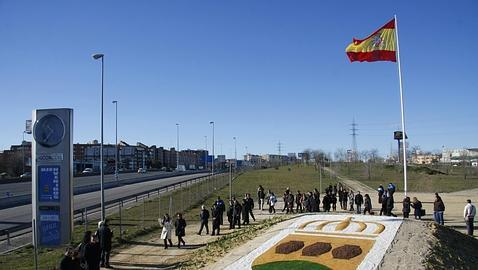 Una bandera española gigante para recibir a Eurovegas