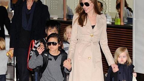 Angelina lleva de la mano a la pequeña Vivienne