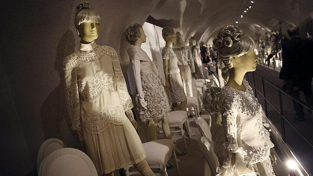 El vestido que lució Jackie Kennedy para su boda con Onassis en 1968 forma parte de la exposición