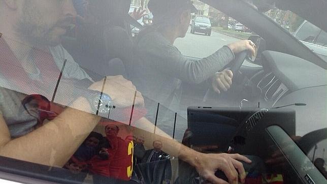 Polémica foto de Shakira y Piqué llevando a Milan sin sillita en el coche