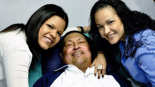 Venezuela hace pública una prueba de vida de Chávez: en la cama, leyendo el «Granma» de ayer