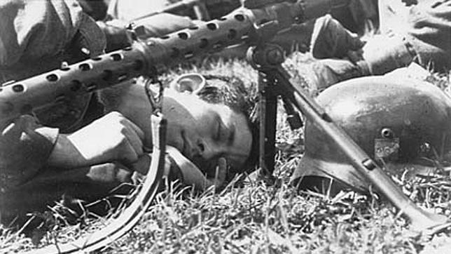 Un soldado descansa en el frente de Leningrado