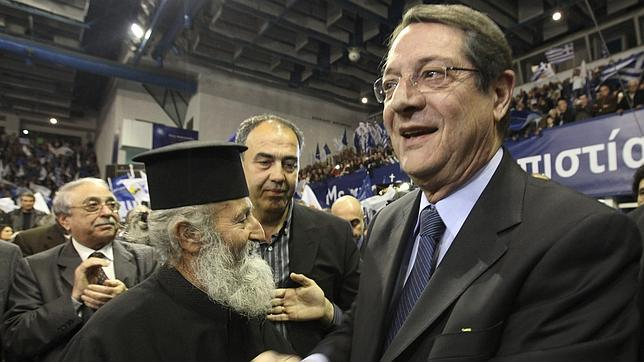 El conservador Anastasiadis, favorito de unas elecciones marcadas por el rescate en Chipre