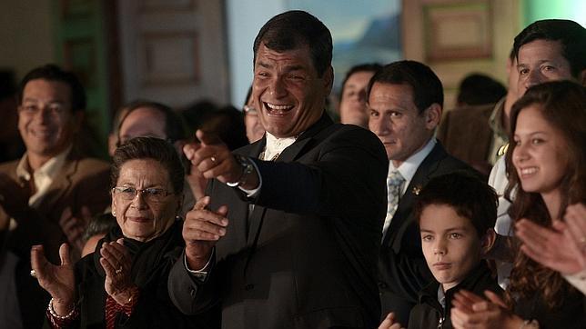 Correa revalida su mandato en Ecuador y dedica la victoria a Chávez