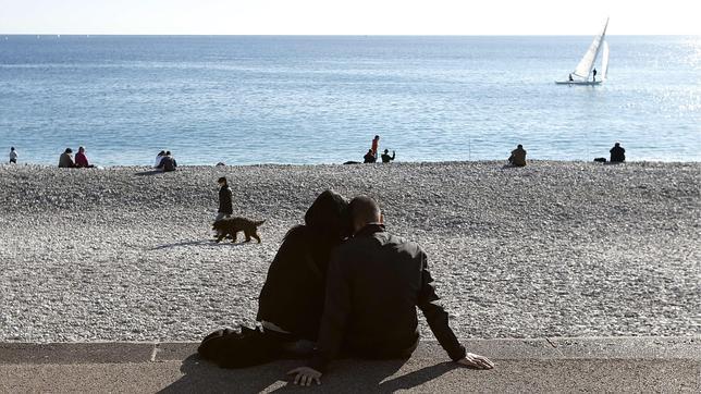 Una pareja junto al Mediterráneo