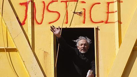 Cuatro días en una grúa. En Francia este padre protestó de esta manera por no poder ver a su hijo