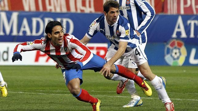 Un Atlético firme y rocoso aguanta con diez ante el Español