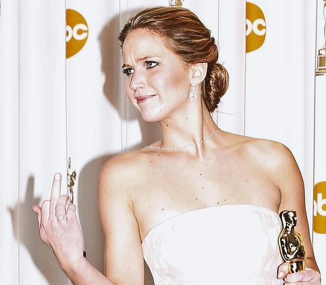 Jennifer Lawrence dedicó este gesto a los fotógrafos al posar con su Oscar a la Mejor Actriz