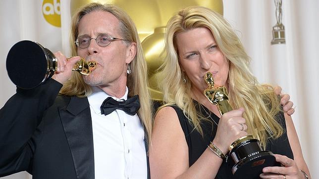 Karen Baker Landers y Per Hallberg celebran su premio por «Skyfall»