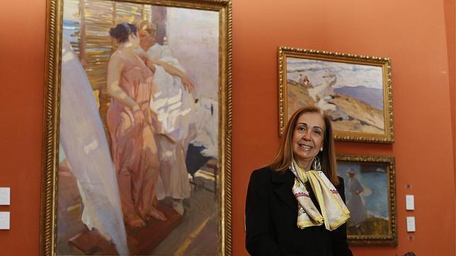 La bisnieta del pintor, en el Museo Sorolla junto a «La bata rosa», una de sus obras maestras