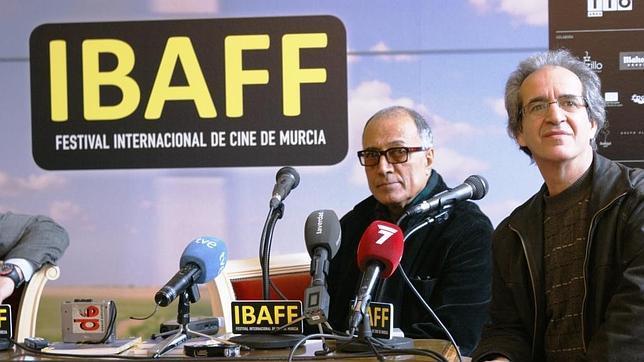 El director de cine iraní, Abbas Kiarostami, a la izquierda de la imagen durante la presentación del festival