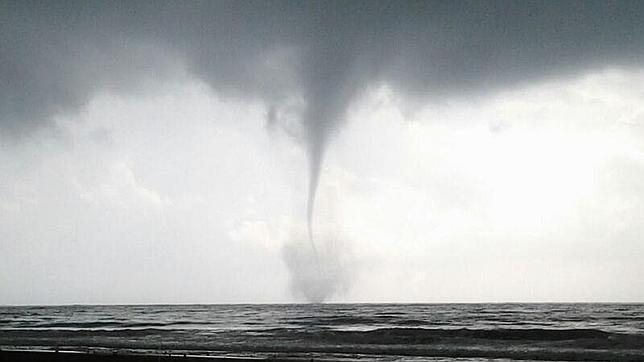 Varios tornados se forman ante la costa de alicante sin entrar en tierra - Tornados en espana ...