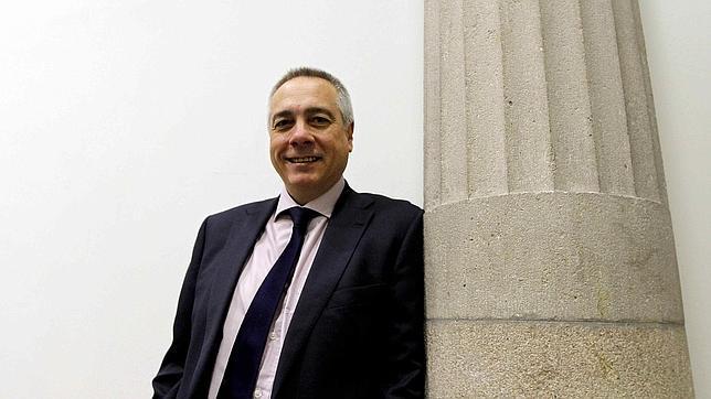 Pere Navarro va por libre y ahonda la brecha con el PSOE con su deslealtad al Rey