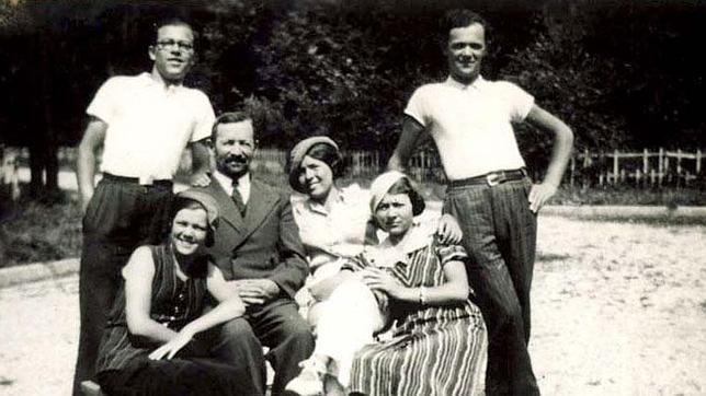 La familia Horonczyk emigró de Polonia a París, donde abrieron un negocio. De Blanco, junto al padre, está Esther, madre de Richard, el niño protagonista de esta historia