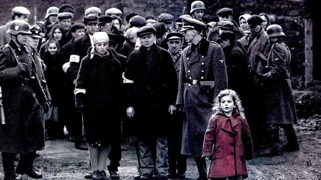 Ver «La lista de Schindler» causó un trauma a la niña del abrigo rojo